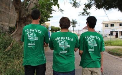 Voluntarios que estudian inglés en Jamaica pasean por las calles de Mandeville.